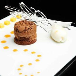 "Bizcocho fundente de chocolate ""caraïbe balrhona"", sirope de babeluttes y sorbete Martin's Pale Ale / pomelo rosa"